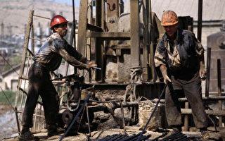 根据近日盖洛普民意测验,57%的美国人认为应该开放境内原油的探钻和开采。(Oleg Nikishin/Getty Images)