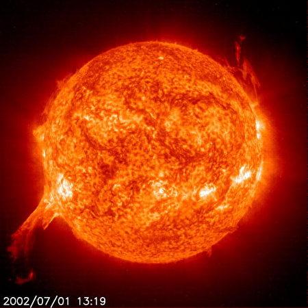 2002年7月1日,NASA發佈的太陽爆發照片,等離子體在日冕内形成巨大的雲霧。(NASA/Getty Images)