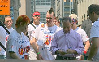 """纽约市长彭博昨日(7月3日)在市政府公园里主持了21位""""那桑斯""""国庆日吃热狗比赛参赛者的赛前量体重活动,并亲切的为参赛者们签名。 (摄影:林珊如/大纪元)"""