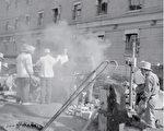 """1958年10月,中共人民公社院坝里放置土制的小高炉投入""""大炼钢铁""""运动。人们砸锅卖铁、砍树烧柴,田地无人种,粮食烂在地里,形成三年大饥荒的前因。(法新社)"""