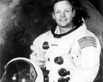 """第一个踏上月球表面的人为尼尔‧阿姆斯壮,他于21日凌晨2点56分(UTC),以左脚踏在月球表面,并说了这句亘古名言:""""这是一个人的一小步,却是人类的一大步。(That's one small step for man, one giant leap for mankind.)""""(AFP)"""