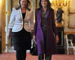 英国首相布朗的夫人莎拉(左)与法国第一夫人卡拉布鲁妮。(ERIC FEFERBERG/AFP)