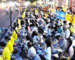 7月20日纽约的法轮功学员在中领馆前为九年来被迫害致死的法轮功学员举办烛光守夜活动。(摄影:明国/大纪元)