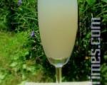 乳白晶莹的荔枝贵妃水,盛夏在草皮上与家人温馨共享!(图:白亚士/大纪元)
