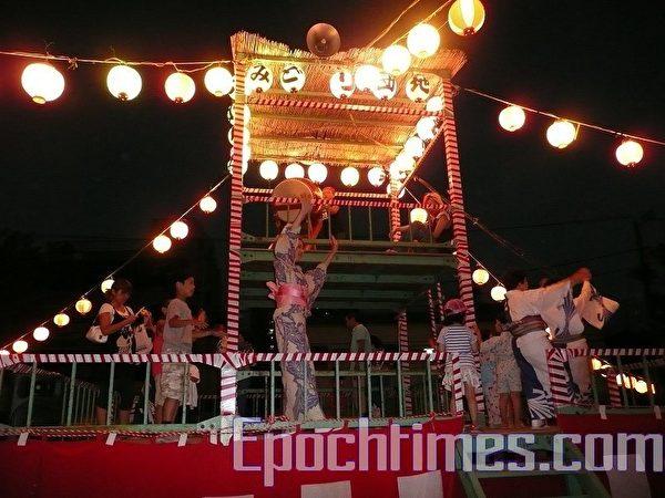 盂兰盆节在日本各地热热闹闹。(吴丽/大纪元)
