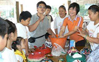 嘉义社区大学庆祝另类父亲节,请林文育教学生用废纸制作狮头。    (摄影:苏泰安/大纪元)