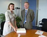 歐盟外交專員菲瑞若-沃德納女士的內閣副主管萬森‧格朗先生在歐盟委員會總部內接受CIPF代表尼娜‧魯吉斯特女士遞交的百萬簽名。(攝影:李孜/大紀元)