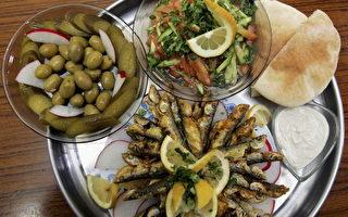 英国一项研究发现,多吃蔬果的地中海类型饮食,有助于减缓老年人大脑萎缩,进而预防失智症(Dementia)发生。(David Silverman/Getty Images)