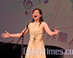 圖﹕137號美國選手李聿8月9日於第二屆新唐人「全世界華人聲樂大賽」女子美聲組復賽中演唱《上美的花》。(攝影:伊羅遜/大紀元)