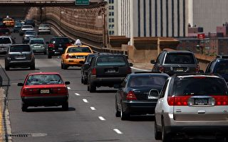 油价高涨,让美国人大大改变了开车习惯。美国联邦公路管理局的最新统计数据显示,美国人五月份的开车里程比去年同期减少了一百五十亿公里。图为美国纽约布鲁克林大桥上的车辆。(Photo by Spencer Platt/Getty Images)