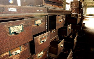 美国爱丽丝岛( Ellis Island )废弃的办公室,早期许多移民来到美国的人都必须先至此岛进行许多检查 (Stephen Chernin/Getty Images)