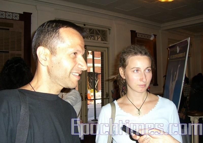 來自布魯克林的太極教師瑞布萊特(Yakov Reyblat,左) 發現中國人的面部表情是如此之豐富和其朋友(右)說中國舞是講故事。(攝影:徐竹思/大紀元)