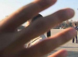 2005年11月在釜山亚太峰会(APEC)期间胡锦涛访问韩国时, 得到正式采访权的《新唐人》TV,中途由于中国大使馆对韩国施压而被取消了采访资格。图为《新唐人》TV欲将此事过程录像时,遭到韩国警方的阻拦。(《新唐人》TV提供)