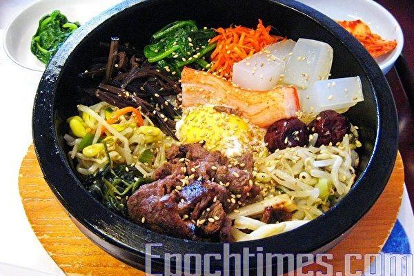 石鍋裡五色雜陳,五味齊全的拌飯。(大紀元圖片)