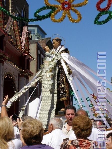 游人簇拥着圣安东尼节像。(摄影:杨天仪/大纪元)