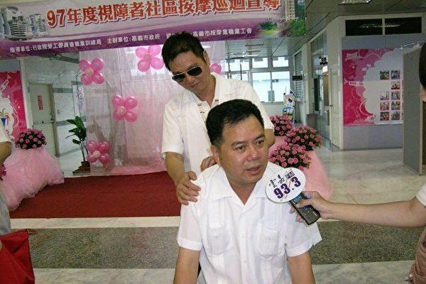 市议员郭明宾觉得按么是一种健身减轻压力的最好方式之一。 (摄影:苏泰安/大纪元)