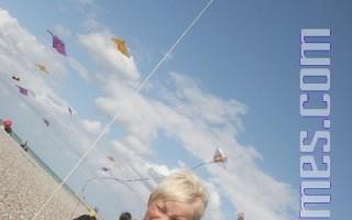 海边看放风筝,孩子们乐坏了。(摄影:章乐/大纪元)