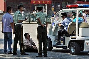 北京武警在故宮外盤問一名婦女(8月3日法新社)