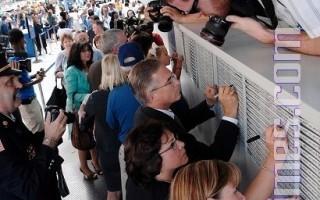 今天是美国遭911恐怖攻击7年的纪念日﹐全美各地都在举行活动﹐纪念这个给这个给人民带来灾难的日子。图为9月10日﹐民众在纽约曼哈顿参加用于建筑911纪念馆用的钢梁签名活动。(摄影﹕戴兵∕大纪元)
