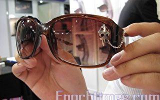 除了小寶石眼鏡飾物外,還有這些鐵造的圖案飾物,適合男士放在太陽眼鏡上裝飾。(攝影:吳雪兒/大紀元)