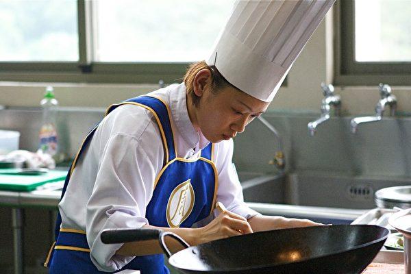 復興空廚公司研發室資深廚師的鍾芬蘭比賽時的風采。(攝影:鄭順利/大紀元)