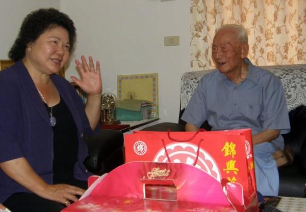 生日快樂 陳菊賀前雄中校長王家驥104歲