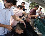 """在双方同意之下,朋友给我剪了个头发。结果出乎我的意料之外,在他的""""鬼斧神工""""之下,我一下成了""""小沙弥""""。 (ABBAS MOMANI/AFP/Getty Images)"""