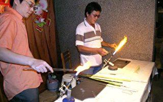 新竹玻璃艺师郑荣漳、彭宏明两位在展示现场示范玻艺制作。 (摄影:苏泰安/大纪元)