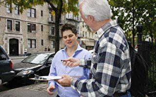 有意競選第三市鎮市議員的庫蘭(Yetta Kurland)10月13日在筆克街(Bleecker Street)向民眾征簽,反對市議會通過決議延長任期。(攝影:黎新/大紀元)