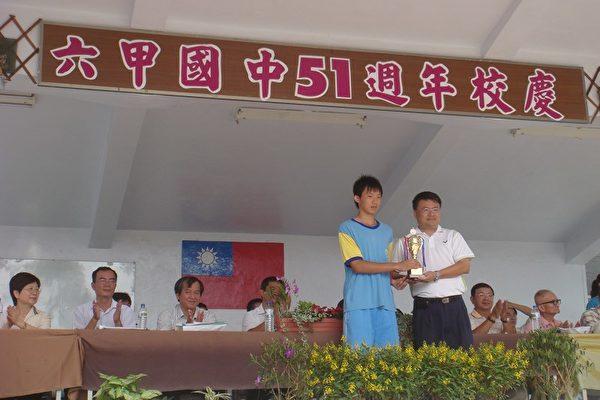 參加九十七年永信盃排球錦標賽榮獲國男組第五名將獎盃呈給林永上校長。(攝影: 陳勤/大紀元)