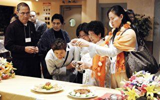 面对美丽的菜肴,观众们忍不住拍照留念。(摄影﹕戴兵/ 大纪元)