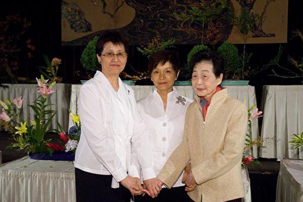 人物從左至右分別為:前任支部長黃芳美、新任支部長廖美容、第二任支部長游金足。(攝影﹕王仁駿/大紀元)