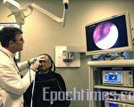 文因醫生(左)用內視鏡檢查檢查鼻腔內部。(攝影: 徐明/大紀元)