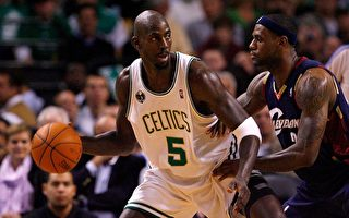 賈奈特(Kevin Garnett)與詹姆斯(LeBron James)28 Oct 2008。//Getty Images