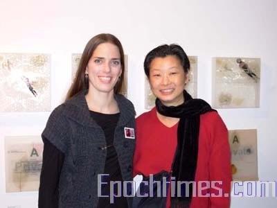 华裔画家陈素(右)和艺廊主任Jocelyn Almy。(摄影:刘心/大纪元)