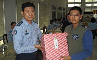 空军官校举办11月份庆生餐会与摸彩活动,幸运得主陈立伟获得校长奖。(图片空军官校提供)
