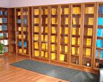 天梯書店內供應,包括中、英、德、日、法、意大利等十多種不同語言文字的法輪功書籍,及音像、影像製品接近三百種。(明慧網)