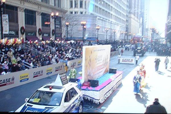 美中法轮大法学会在11月28日芝加哥感恩节游行中展现神韵宣传车(WGN电视台直播画面)