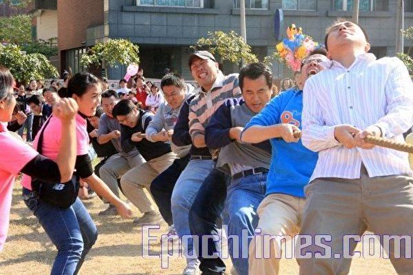 竹南幼兒親子運動會30日上午在竹南國小熱烈展開,圖為最精采刺激的家長拔河比賽,雙方勢均力敵,一旁的孩童高聲加油。(攝影:許享富/大紀元)