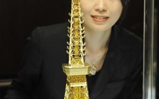 东京最知名的地标东京铁塔23日将迎接开张50周年,经营铁塔的日本电波塔公司与银座的田中贵金属公司合作推出亮丽的纯金塔。(YOSHIKAZU TSUNO/AFP/Getty Images)