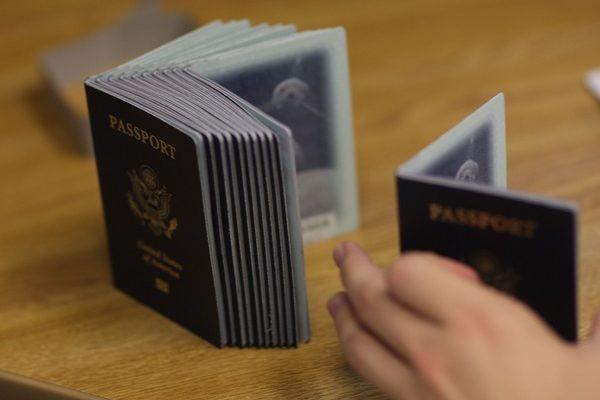 加拿大护照申请过程中存在安全隐患,高度敏感的私人信息恐外漏。(Joe Raedle/GETTY IMAGES)