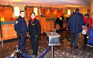 由于恐怖份子以印度孟买5星级宾馆为袭击目标,纽约的多家豪华宾馆也加强了保安。图为位于纽约曼哈顿时代广场的万豪伯爵酒店(Marriott Marquis Hotel),身穿警服的保安(左一)与宾馆经理(左二)在一起。(摄影﹕文忠∕大纪元)