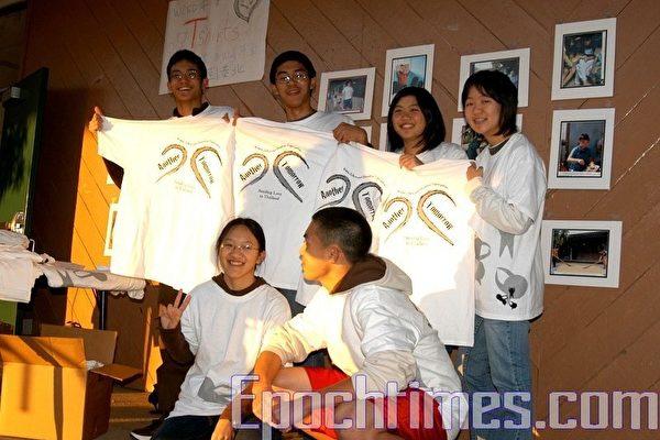 「寒冬送暖到泰北」,慧智文教基金會的九名高中生製作T恤衫義賣,為泰北孩童籌募就學基金。(攝影﹕黃毅燕/大紀元)