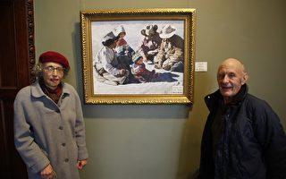 普裏夫婦在他們喜歡的油畫《第一堂祈禱課》前  (攝影:鍾濤/大紀元)