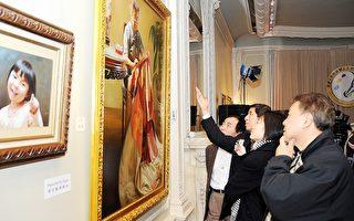 觀眾欣賞全世界華人油畫優秀作品展 (攝影:明國∕大紀元)