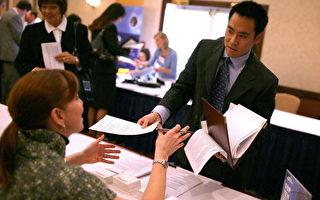 为刺激经济,加州政府就业发展局17日举办征才活动,为受到次贷风暴影响的建筑业、房地产与贷款业失业人士提供工作机会。图为应试者递交履历表。(Justin Sullivan/Getty Images)
