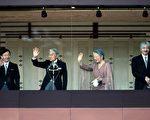日皇明仁今天欢度75岁生日,在皇宫前对祝贺的民众致词。图为日皇明仁、皇后美智子、皇太子德仁(左)及二皇子秋篠宫(右)。(Kiyoshi Ota/Getty Images)