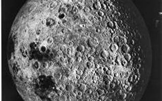 月球背對著我們的一面很粗糙,佈滿了隕石坑與環型山(圖片提供:NASA)