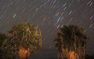 图为,2008年8月12日,在美国内华达州的米德湖(Lake Mead) 拍摄到英仙座流星雨。 (Ethan Miller/Getty Images)
