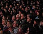 神韵是神的杰作﹐波士顿观众专注地欣赏神韵演出。(摄影:袁筱/大纪元)